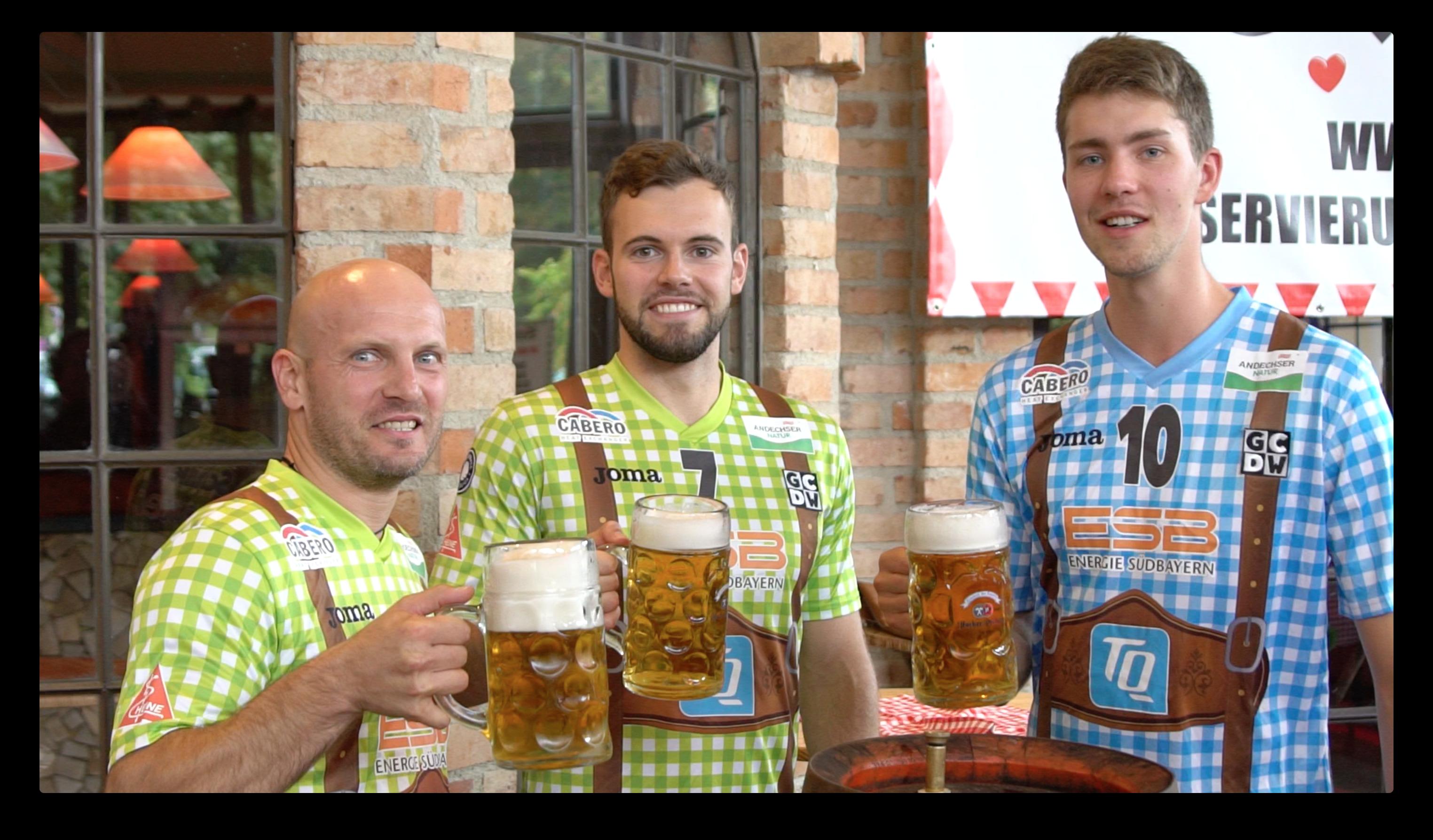"""""""Auf eine friedliche Wiesn"""". Michal Sladecek, Martin Krueger und Tom Strohbach werden Wiesn Champions 2017."""