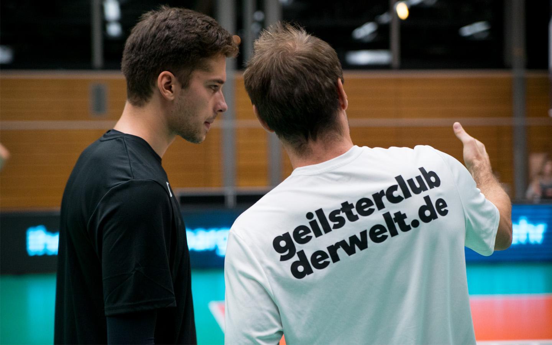 Neuzugang Tim Peter mit GCDW-Coach Max Hauser beim Korrekturgespräch in der Auszeit.