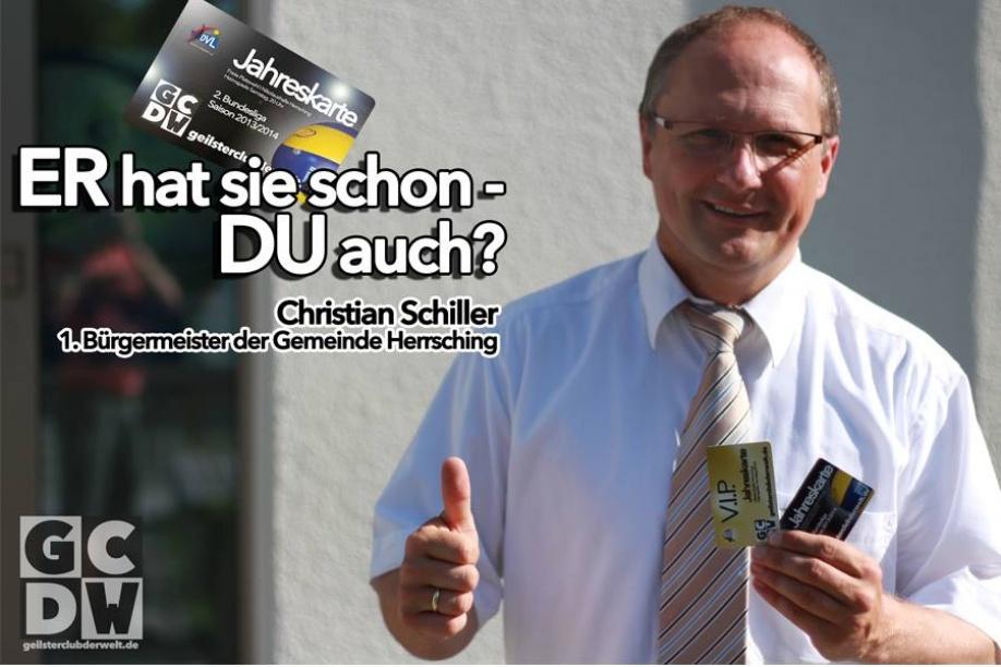 Bürgermeister Christian Schiller mit der neuen Jahreskarte